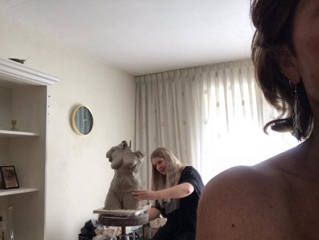 ilana aan het boetseren met model